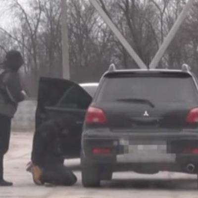 Бійці СБУ поставили на коліна співробітника поліції (ФОТО+ВІДЕО)