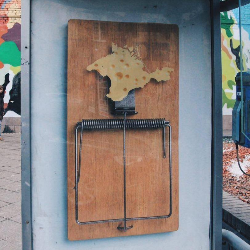 В Москві з'явився плакат із Кримом у мишеловці