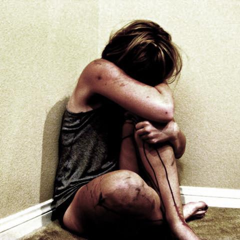 П'яний чоловік зґвалтував школярку, вистрибнув з третього поверху та довго тікав від копів