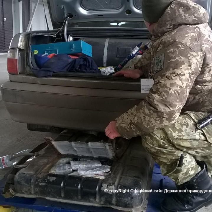 Водій намагався запевнити прикордонників, що не знає як 148 мільйонів рублів потрапили до бензобаку його авто (відео)