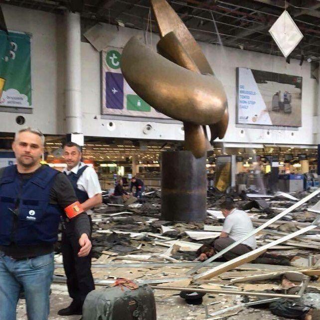 З'явилося відео пересування терористів будівлею аеропорту Брюсселя (ВІДЕО)