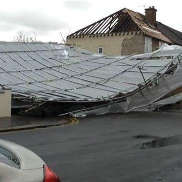 У Лондоні шторм Кеті повалив дерева та пошкодив будинки (відео)