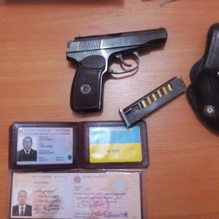 В Одесі співробітник прокуратури погрожував охоронцю кафе пістолетом (відео)