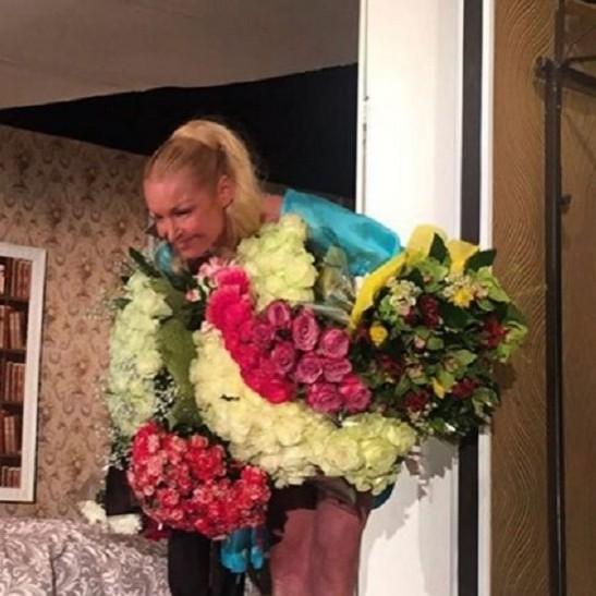 Волочкова дебютувала на театральній сцені в спідній білизні