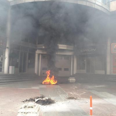 Біля станції метро «Олімпійська» айдарівці палять шини