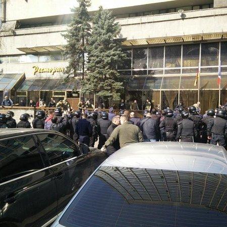У МВС розповіли, що готель «Либідь» захопили айдарівці