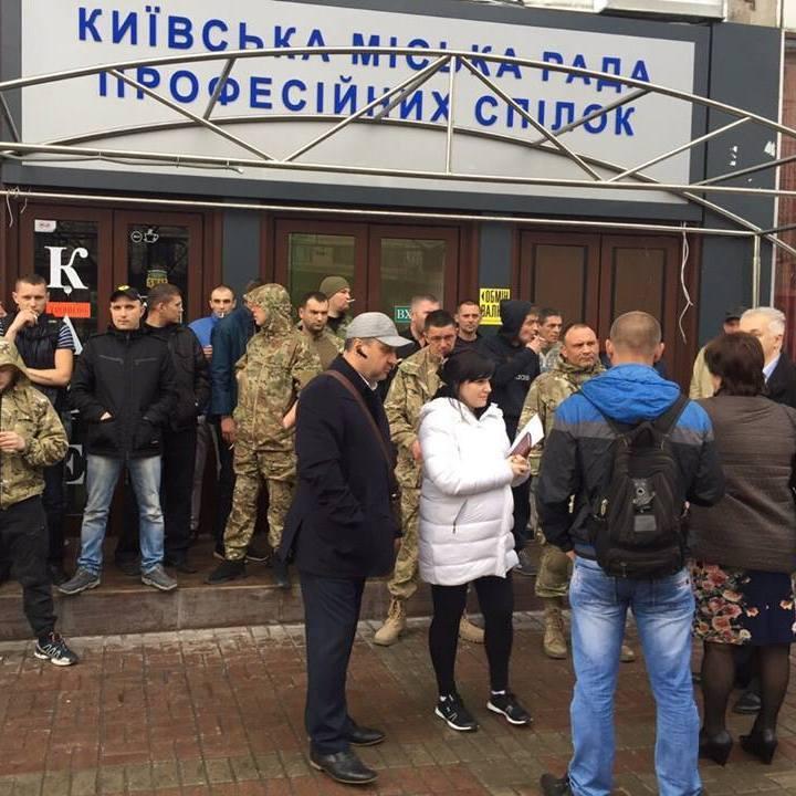 Біля Дому профспілок комунальникам перешкоджають поставити паркани навколо незаконного кафе «Каратєль»