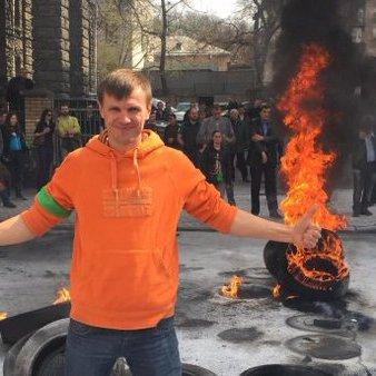 Під адміністрацією президента протестуючі запалили шини (ФОТО)
