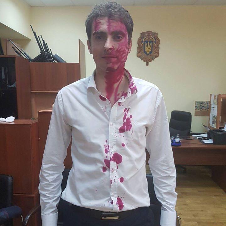 Прихильник МАФів облив нардепа Білоцерковця марганцівкою (фото)