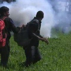 Македонські спецпідрозіли сльозогінним газом відігнали мігрантів від лінії кордону (відео)