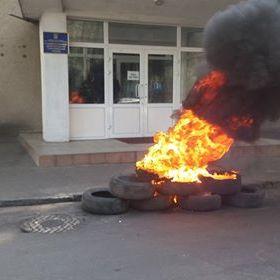 Бійці АТО запалили шини у Житомирі