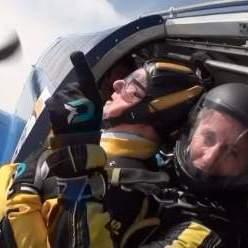 Сторічний британець стрибнув з парашутом (відео)