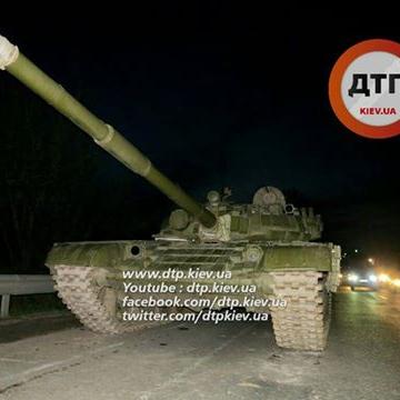 У Києві зламаний танк паралізував рух (ФОТО)