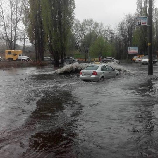 У Києві злива затопила дороги, машини «плавають» (ФОТО)