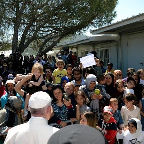 Папа Римський взяв до себе у літак три родини біженців
