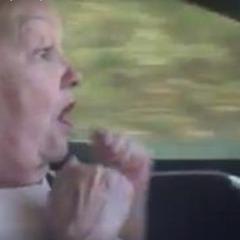 Кумедне відео: 70-річна жінка і автопілот Tesla