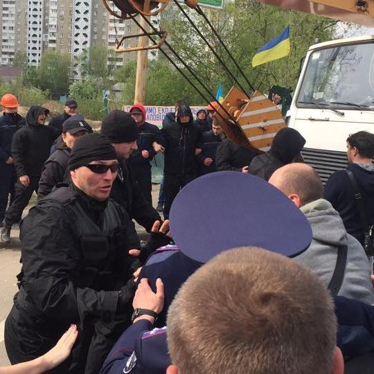 Поліцейські другий день дивляться, як «тітушки» б'ють людей біля незаконного будівництва (ФОТО)