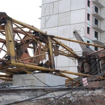 В Умані впав будівельний кран, є жертви