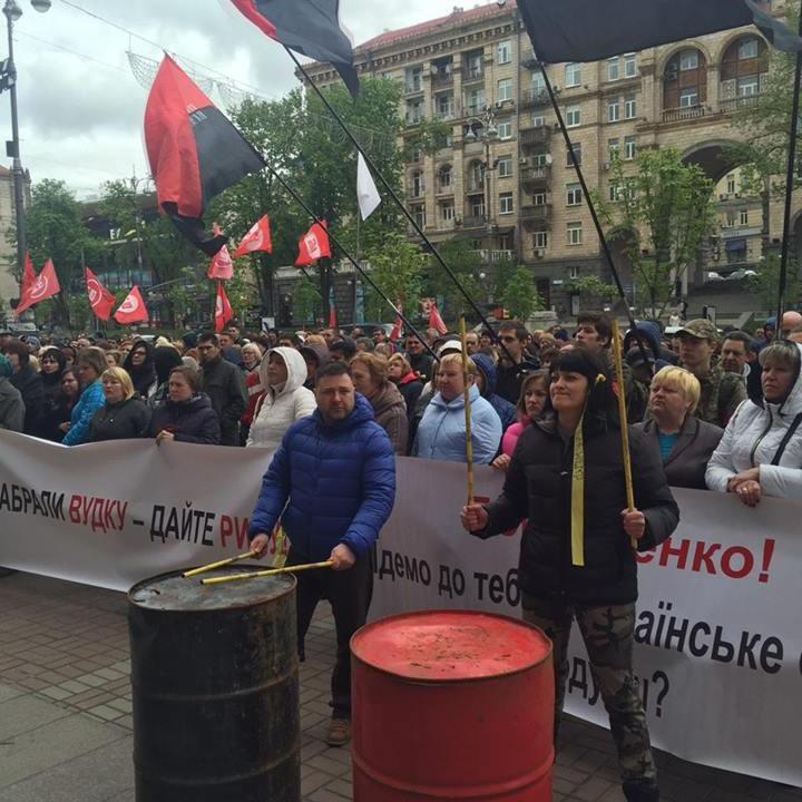 «Ми підемо на штурм» - Київраду атакують мафовики, яким заборонили торгівлю алкоголем (ФОТО)