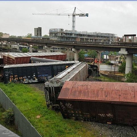 У столиці США біля станції метро перекинувся потяг з хімікатами