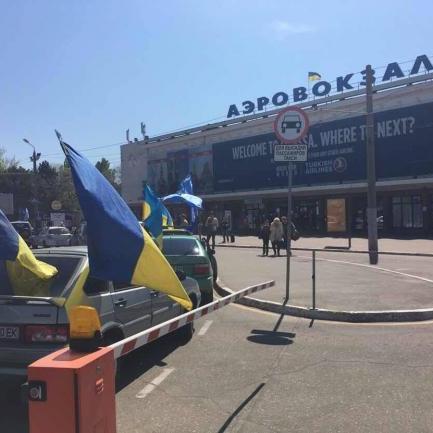 В одеському аеропорту Бойка і Новинського зустрічають українські активісти і «тітушки»