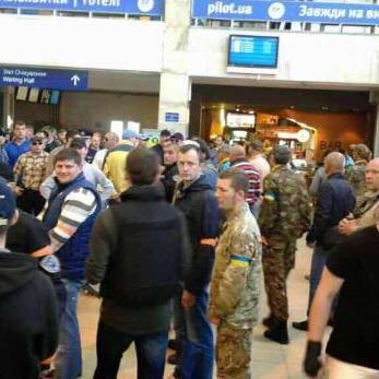 В аепорорту Одеси активісти заблокували Бойка і Новинського (ФОТО)