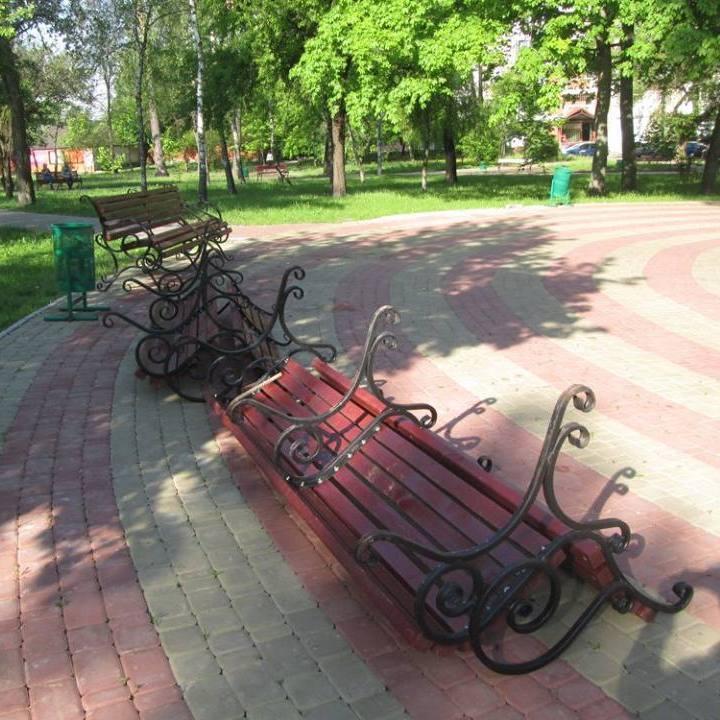 У київському парку вандали зламали щойно встановлені лави (фото)