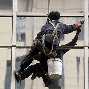 У Києві чоловік, який мив вікна, зірвався з 14 поверху