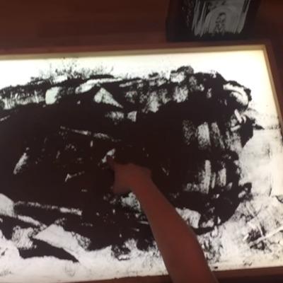 У Росії 10-річна школярка створила малюнки до 9 травня прахом дідуся-ветерана (ВІДЕО)