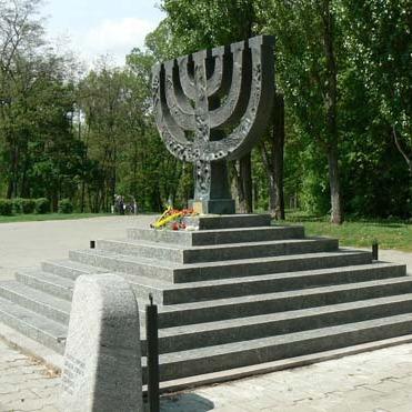 Група молодиків в Бабиному Яру біля пам'ятника «Менора» спалила прапор держави Ізраїль
