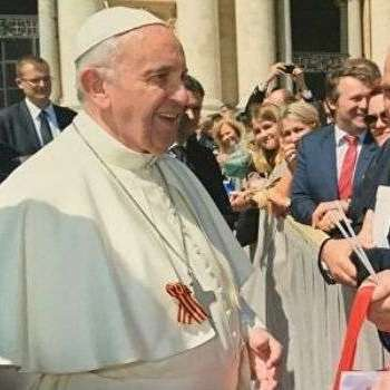 Папа Римський надів на рясу георгіївську стрічку, подаровану російським депутатом