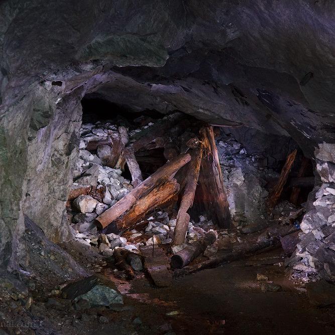 Через обвал породи на шахті під завалами опинилися два гірники