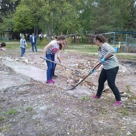В Черкасах школярів зняли з уроків для прибирання приватної території депутата (відео, фото)