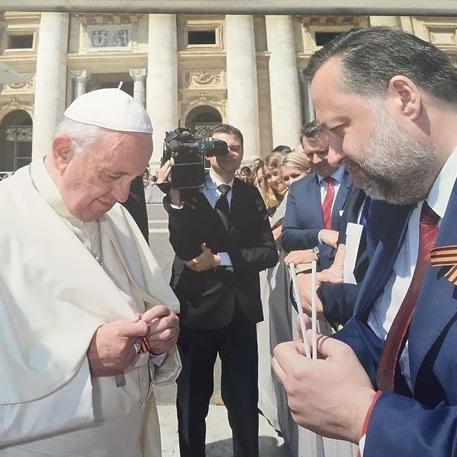 У Ватикані пояснили, чому Папа Римський одягнув «георгіївську стрічку»