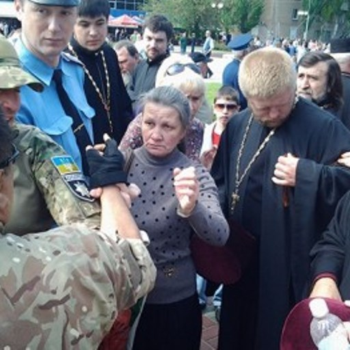 У Мелітополі самооборона зірвала георгіївську стрічку з ряси священика