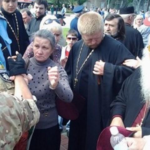 З'явилося відео зі священиком, який прийшов на парад з георгіївською стрічкою (відео)