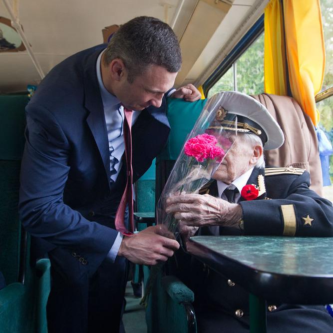Мер Києва привітав ветеранів під час спільної подорожі на трамваї (відео)
