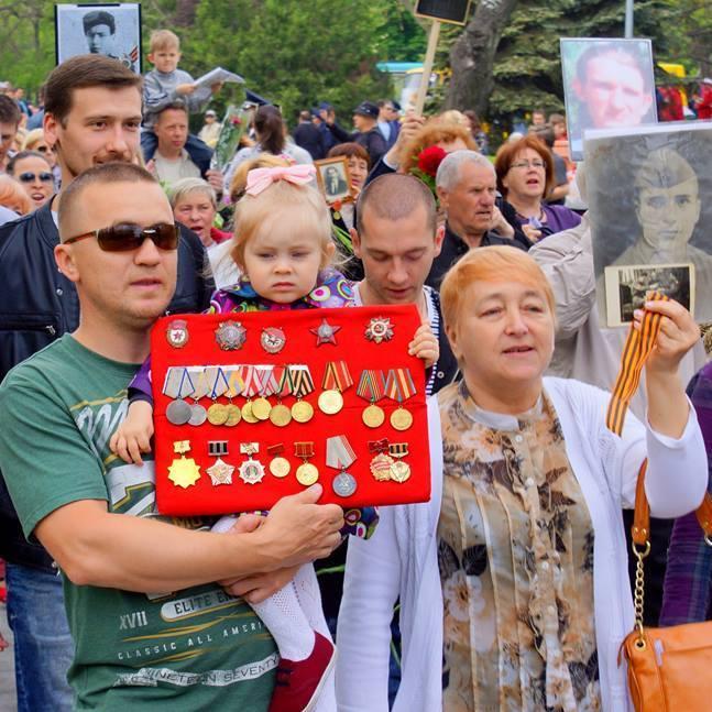 Марш Перемоги в Одесі: портрети Сталіна та прапорці СРСР (фото)