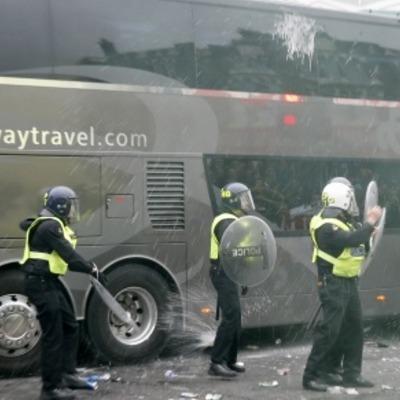 Футбольні фанати в Англії атакували автобус з гравцями