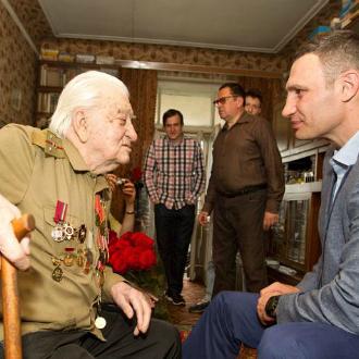 Віталій Кличко відвідав столітнього ветерана Другої світової
