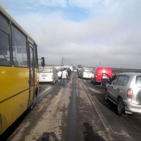 Під Мар'їнкою на пропускному пункті утворилася гігантська черга з 900 автівок