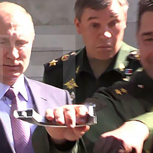 Російський генерал відламав ручку, намагаючись відчинити джип Путіну (відео)