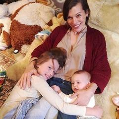 Міла Йовович опублікувала зворушливі фото донечок