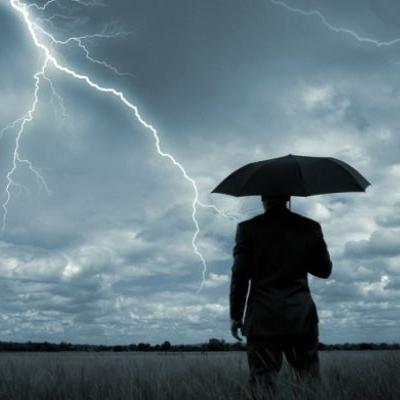 Небезпечна погода: у Каневі в чоловіка влучила блискавка