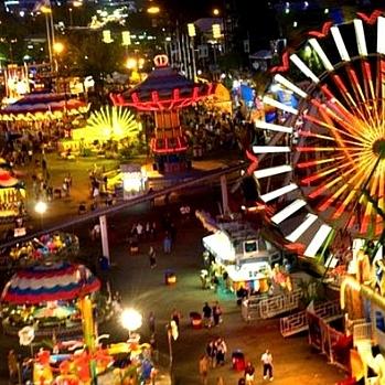 В індійському парку розваг впав атракціон разом з людьми (ВІДЕО)