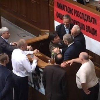 З'явилося відео бійки в парламенті через «російську мову»