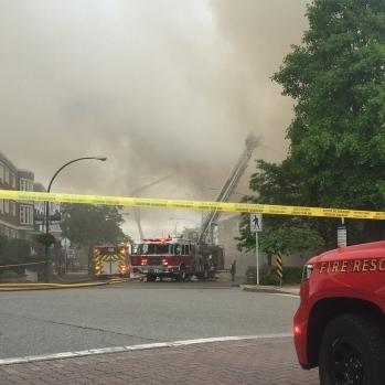 У Канаді пожежа в одній будівлі призвела до евакуації сотень людей