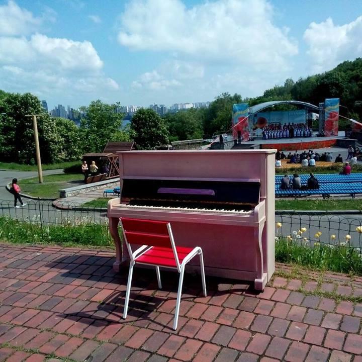 На Співочому полі відтепер можна зіграти на рожевому піаніно (фото)