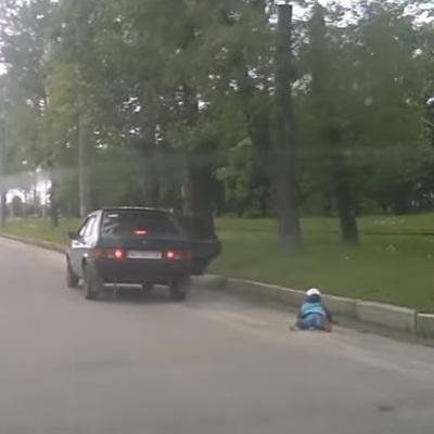 У Харкові з автівки на ходу випала дитина (ВІДЕО)