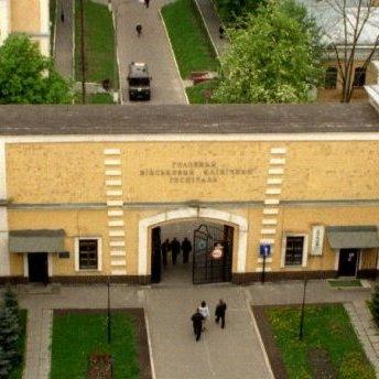 До військового госпіталю в Києві привезли автобус «тітушок»